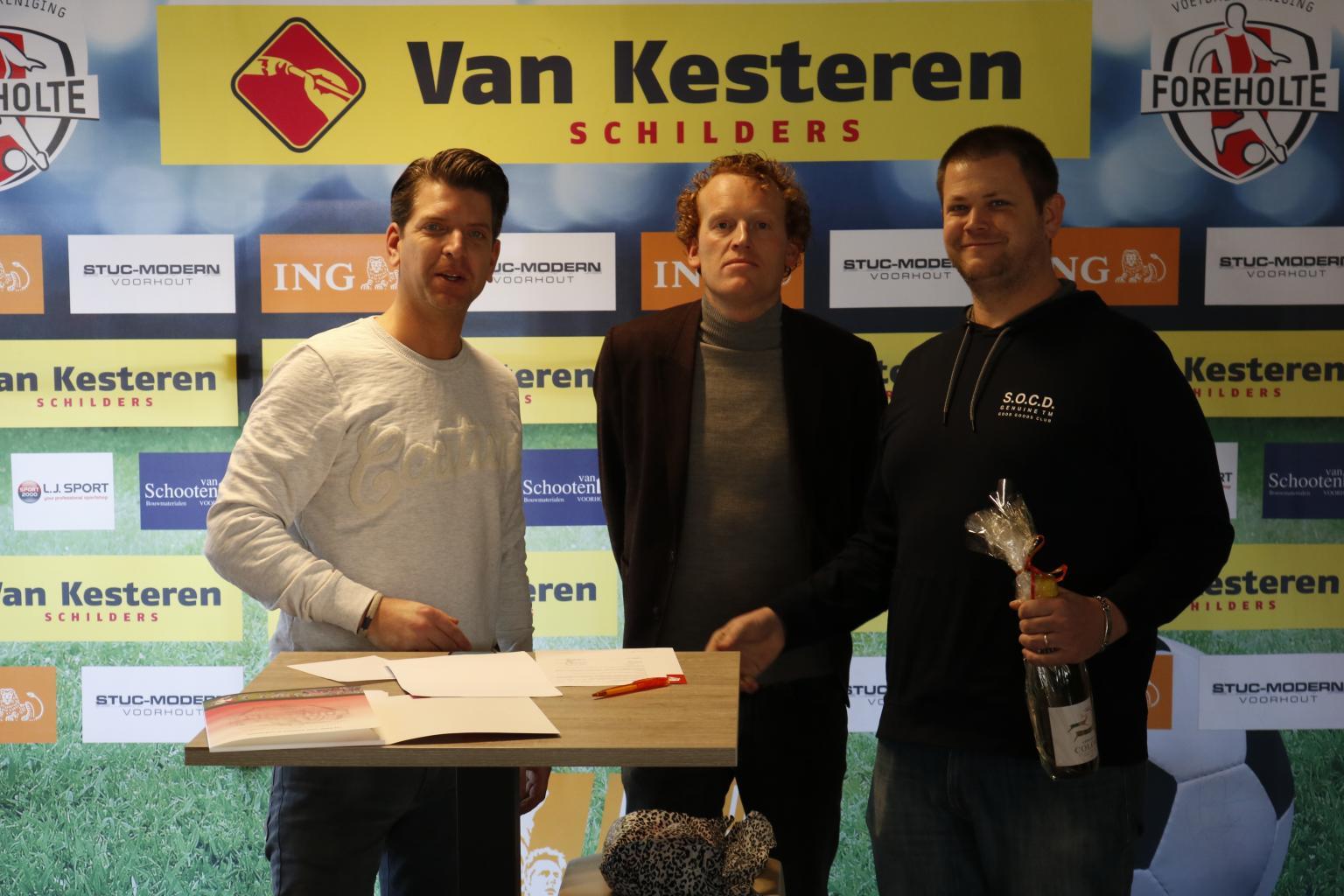 Sponsors tekenen tijdens derby